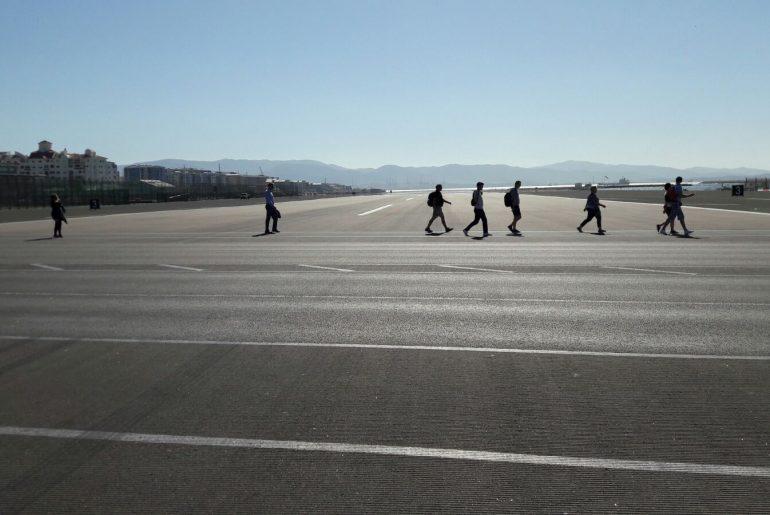 Wandelen op de landingsbaan in Gibraltar